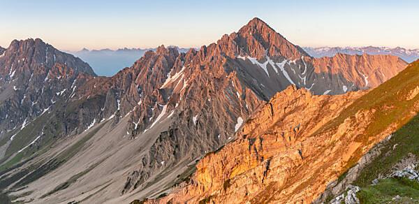 Blick auf die Reither Spitze (2374 m) im Karwendel Gebirge kurz nach Sonnenaufgang.