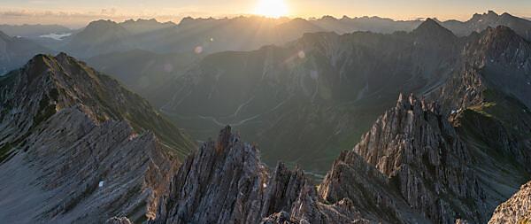 Sonnenaufgang auf der Reither Spitze (2374 m) im Karwendelgebirge in Österreich.