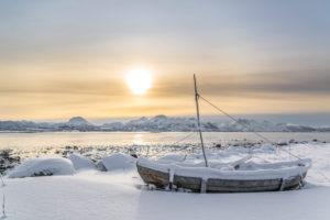 Fischerboot bei Sonnenuntergang am Eidsfjord bei Frøskeland, Vesteralen, Norwegen