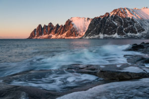 Blick auf den Ersfjord bei Sonnenuntergang, Oksneset, Senja, Norwegen
