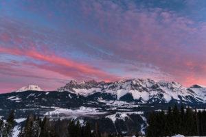 Blick von Rohrmoos auf das Dachsteinmassiv bei Sonnenaufgang, Torstein, Mitterspitz, Hoher Dachstein, Dirndln, Hunerkogel (von links nach rechts), Österreich
