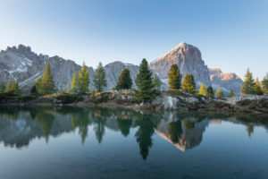 Lago die Limides mit Spiegelung des Tofane und des Lagazuoi kurz vor Sonnenuntergang, Dolomiten, Italien