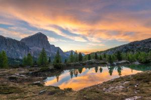 Sonnenaufgang am Lago di Limides, Blick auf den Tofane, Dolomiten, Italien