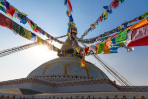 Boudhanath Stupa mit Gebetsfahnen in Kathmandu