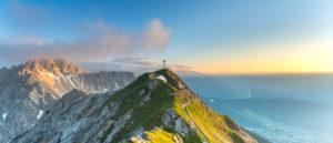 Blick auf die Reither Spitze und die Seefelder Spitze in Österreich bei Sonnenuntergang.