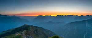 Sonnenaufgang über dem Karwendelgebirge mit Blick auf die westliche Karwendelspitze und die Hochkarspitze in Österreich.