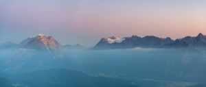 Blick auf die Hohe Munde (2662 m) und die Zugspitze (2962 m) im Karwendel Gebirge kurz nach Sonnenaufgang.