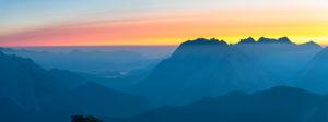 Sonnenaufgang über dem Karwendelgebirge in Österreich.