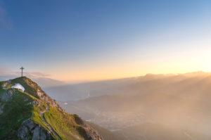 Sonnenuntergang im Karwendelgebirge mit Blick auf die Seefelder Spitze (2221 m) in Österreich.