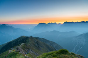 Sonnenaufgang mit Morgennebel im Karwendelgebirge in Österreich.