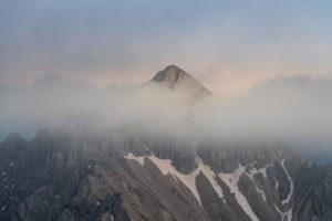 Blick auf die Reither Spitze (2374 m) im Karwendelgebirge in Österreich kurz nach Sonnenuntergang.