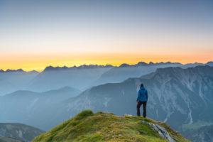Sonnenaufgang im Karwendelgebirge in Österreich. Blick von der Seefelder Spitze.