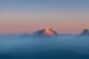 Blick auf die Hohe Munde im Karwendelgebirge bei Sonnenaufgang.