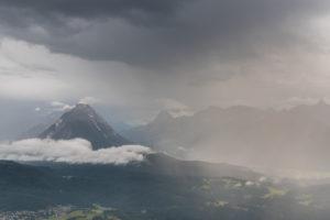 Unwetter im Karwendelgebirge mit Blick auf Seefeld und die Hohe Munde (2662 m) in Österreich.