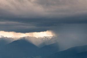 Gewitter über dem Karwendelgebirge in Österreich.