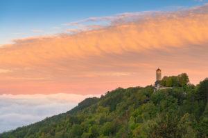 Morgennebel über Jena mit Blick auf den Fuchsturm, Deutschland.