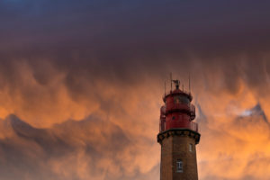 Mammatuswolken über dem Leuchtturm Flügge auf Fehmarn an der Ostsee.