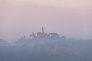 Sonnenaufgang über der Leuchtenburg mit Nebel über dem Saaletal.