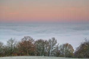 Sonnenaufgang mit Nebel über dem Saaletal in Thüringen.