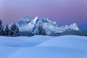 Blaue Stunde auf den Buckelwiesen im Winter