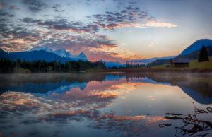 Geroldsee mit Wolkenspiegelung am Abend