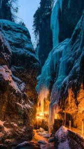 Fackelwanderung durch die Partnachklamm im Winter, Garmisch-Partenkirchen, Bayern, Deutschland,