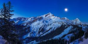 Blick auf die Alpspitze und die Zugspitze vom Kreuzjoch bei Mondlicht, auf der linken Seite der Stuiben, weiter rechts die Hochalm und auf der rechten Seite das Kreuzeckhaus. Dahinter ist der Waxenstein, unten rechts die Barbarahütte