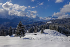 Deutschland, Oberbayern, Winterlandschaft mit Wettersteingebirge bei Elmau