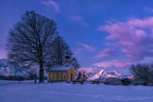 Deutschland, Oberbayern, Kapelle Maria Rast bei Krün im Winter, Morgendämmerung,