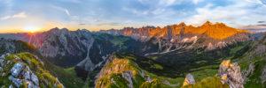 Sonnenaufgang im Karwendel, der Karwendelhauptkamm im Morgenrot.  Bergpanorama von rechts: Birkarspitze, Kaltwasserkarspitze, Moserkarspitze, Kühlkarspitze, Sonnenspitzen, Bockkarspitze, Ladiztürme, Lalidererspitze, Dreizinkenspitze, Mittig der Mahnkopf und weiter links die Falkengruppe mit Laliderer Falk und Risser Falk, unten das Johannistal mit dem Weg über die Ladiz Alm zur Falkenhütte oder nach rechts zum Karwendelhaus.
