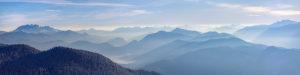 Alpenpanorama kurz nach Sonnenaufgang, in den Tälern hängt der Morgendunst, Berggipfel: inks die Benediktenwand, unten sieht man einen Teil des Walchensees, ganz rechts der Schafreuter