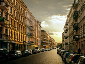 Straße in Berlin im Kreuzberger Bergmann-Kiez bei Sonnenuntergang