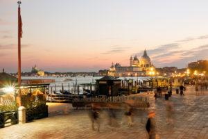 Promenade von Venedig zur blauen Stunde