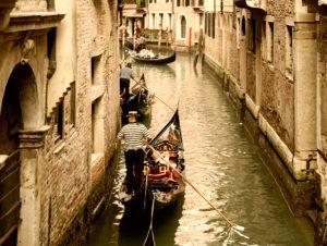 Gondelfahrt in den engen Kanälen Venedigs