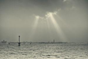 Venedig vom Wasser aus bei Nebel