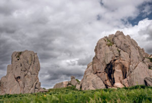 Felsformationen an der Küste der Halbinsel von Plougrescant, Bretagne