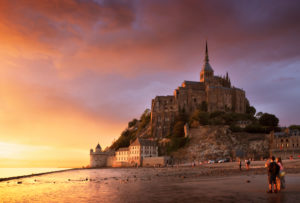 Le Mont-Saint-Michel bei Sonnenuntergang und dramatischem Himmel