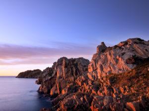 Felsküste in der Bretagne. Sonnenuntergang über dem Meer