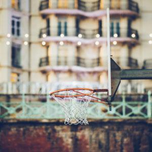 Basketballkorb an Strandpromenade, Brighton, England