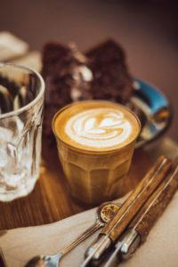 Kaffee im Glas mit Milchschaum in Herzform