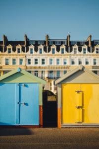 Bunte Strandhäuschen am Brighton Beach, Brighton, England