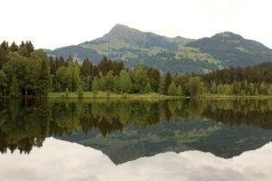 Spiegelung vom Kitzbüheler Horn im Schwarzsee bei Kitzbühel in Tirol