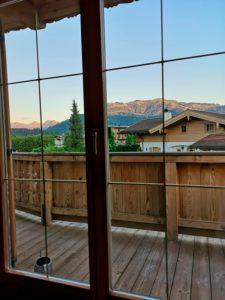 Blick durch Balkontür auf die Streif in Kitzbühel