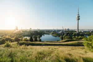 Sommerabend im Olympiapark, München, Bayern, Deutschland