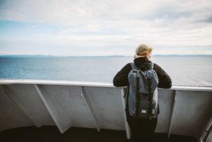 Frau auf einer Fähre, Blick in die Ferne, Vancouver Island, Kanada