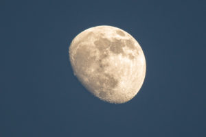 Der zunehmende Mond im dunkelblauen Himmel