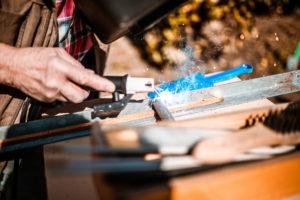 Lichtbogenschweissen an einem Werkstück mit Funkenflug, Hobbyhandwerker