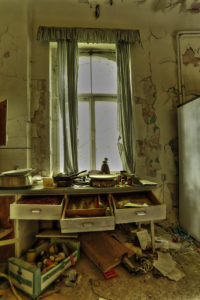 alte Küche in einem verlassenen Haus