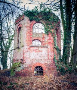 alter Turm, Wald, verlassen,