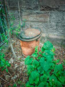 Lost Place, alte verlassene Turnhalle, rostige Tonne, aussen